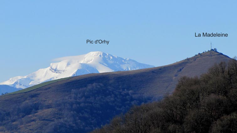 Vue sur le Pic d'Orhy avec La Madeleine au premier plan.